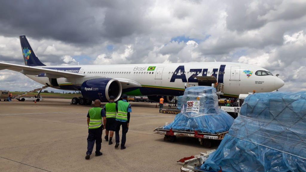 Azul transporta cilindros de oxigénio e geradores de produção para Manaus (com vídeos)