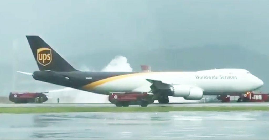 Boeing 747F da UPS teve de regressar ao aeroporto de Hong Kong devido a fogo num dos motores (com vídeo)